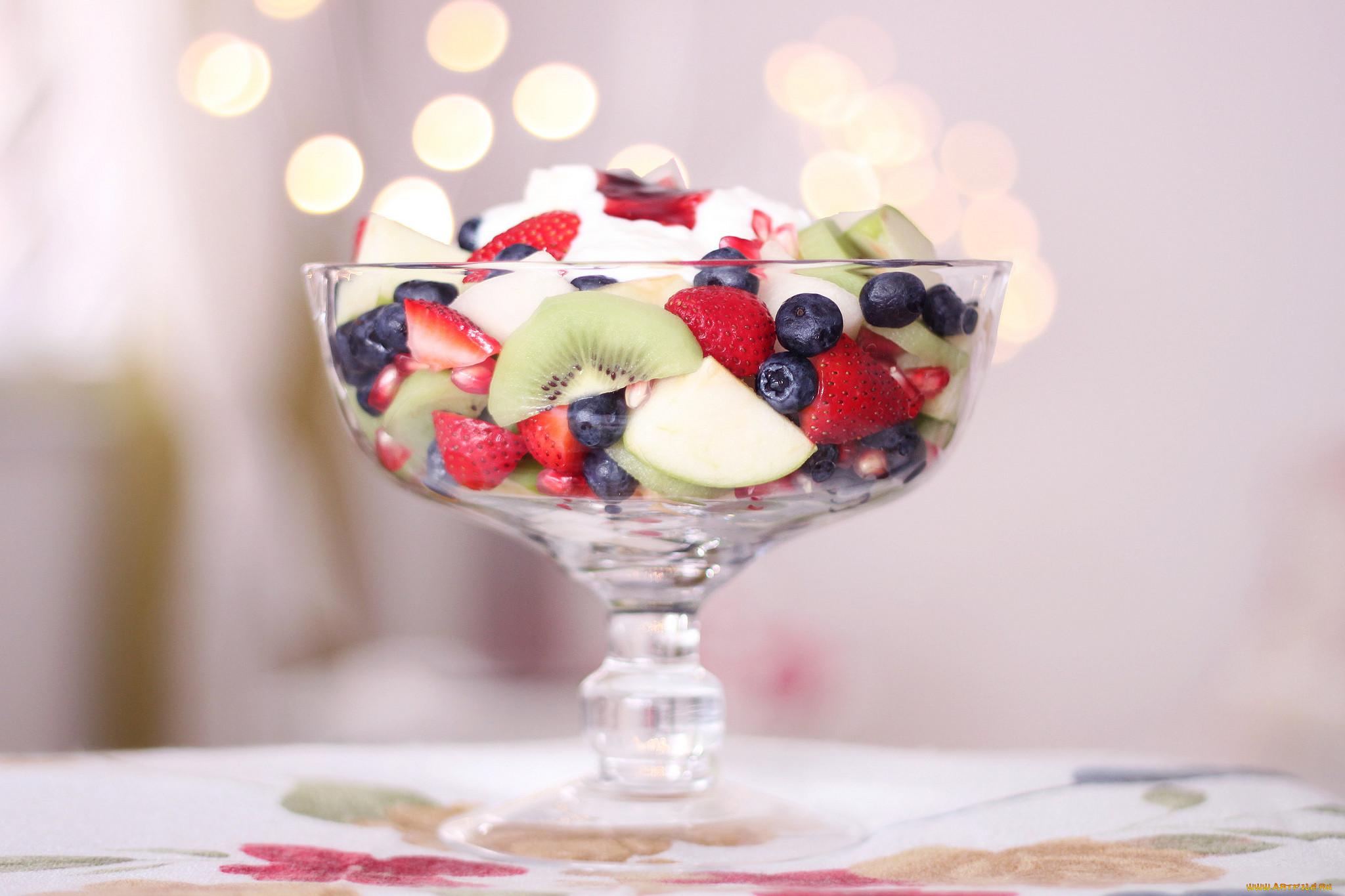 Подача мороженого с фруктами фото